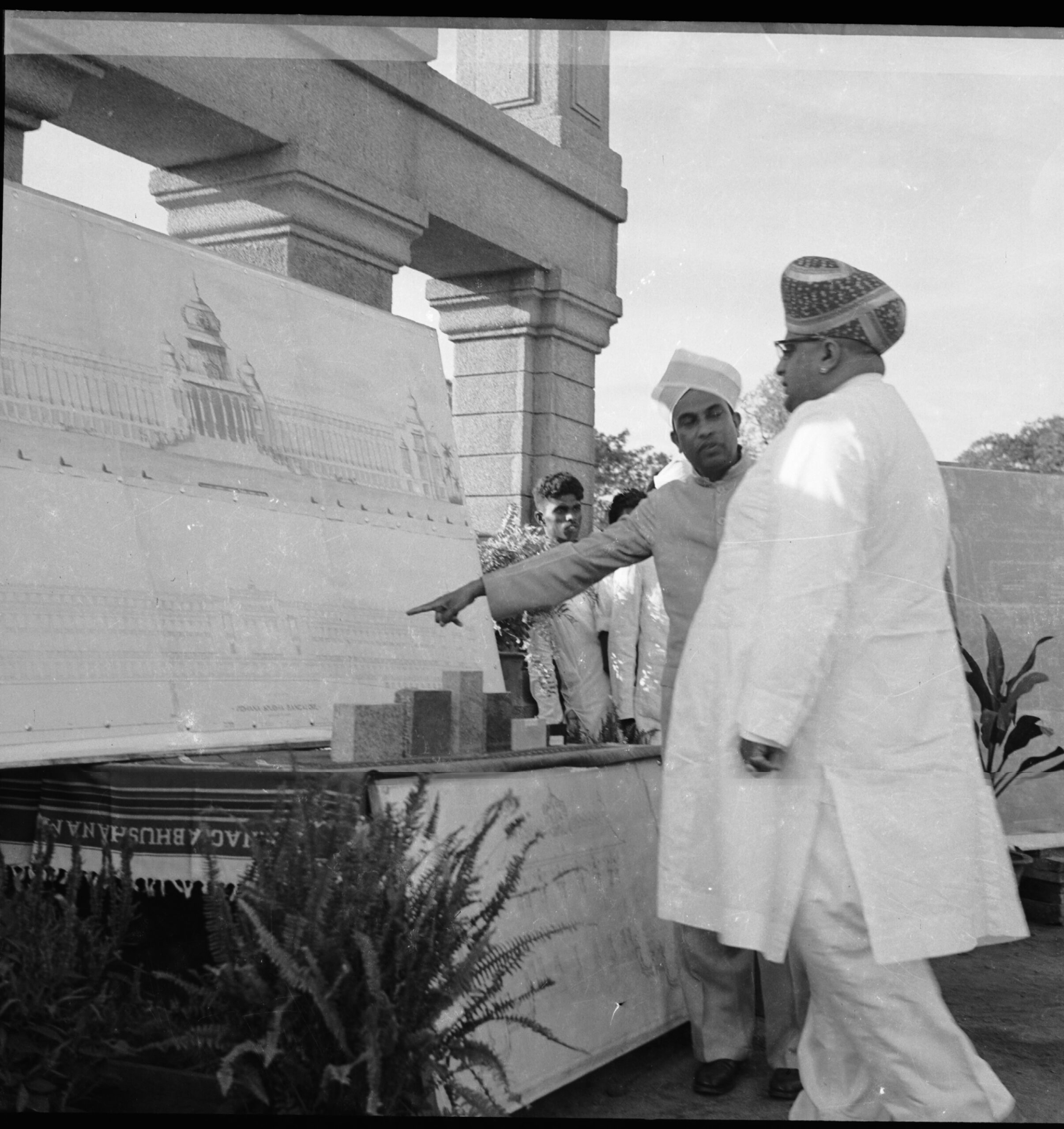 Kengal Hanumanthaiah who loved taking visitors on a tour of Vidhana Soudha is seen here with Governor Jayachamarajendra Wodeyar